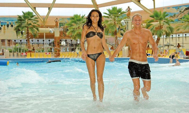 Pärchen im Wellenbad im Palm Beach Freizeitbad