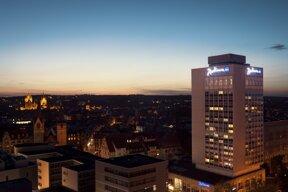 Radisson bei Nacht Altstadthintergrund