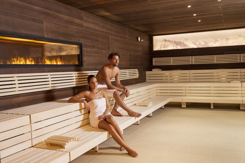 Gäste in der finnischen Sauna im Erlebnisbad Stubay