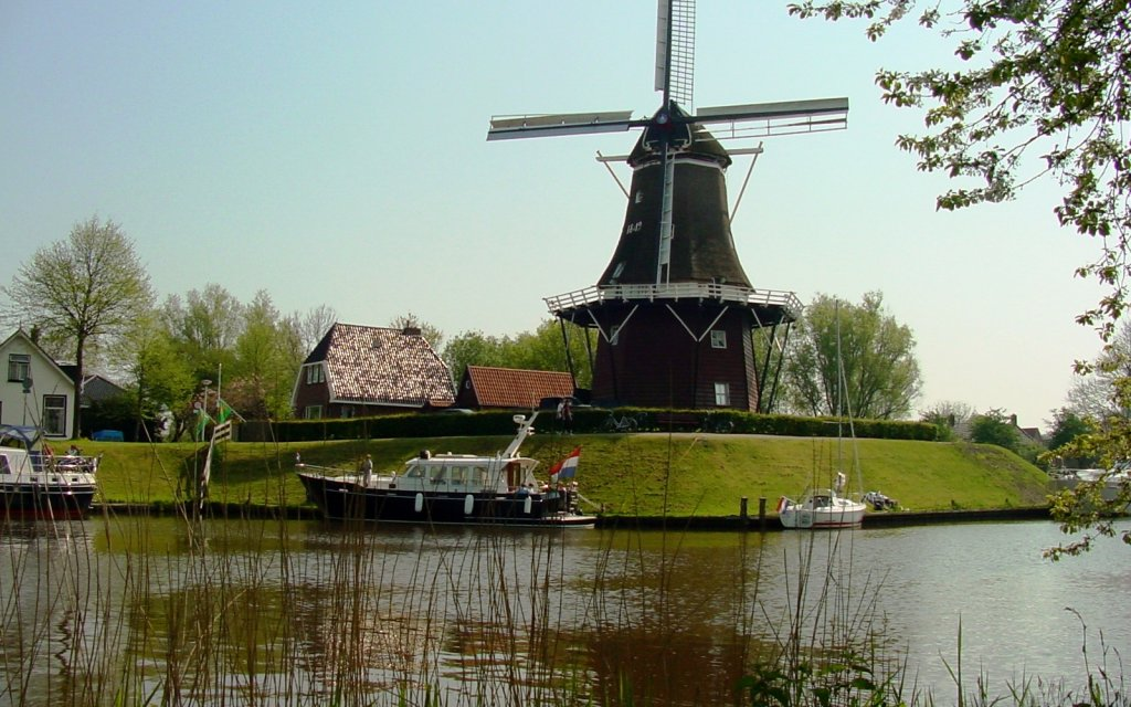 Windmühle am Kanal in Dokkum Friesland