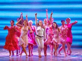 "Frauengruppe beim Tanzen im Musical ""Mamma Mia!"""