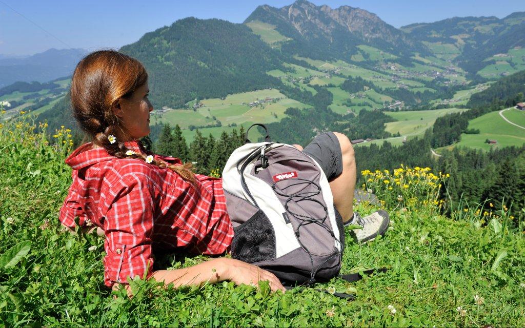 Frau aus der Almwiese in Tirol
