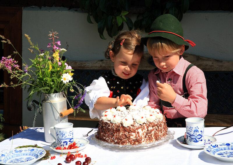 Trachtenkinder mit Schwarzwälder Kirschtorte