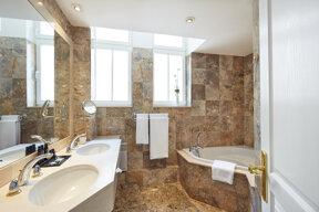 4-6. Salle de bains 1 marbre ©Philippe Sautier RVB HD