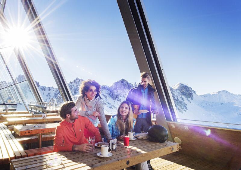 Gruppe Skifahrer kehrt ein im Hoadl-Haus