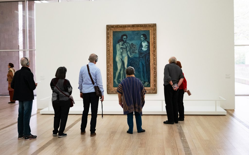 Menschen stehen vor Picasso Bild in der Fondation Beyeler in Riehen/Basel