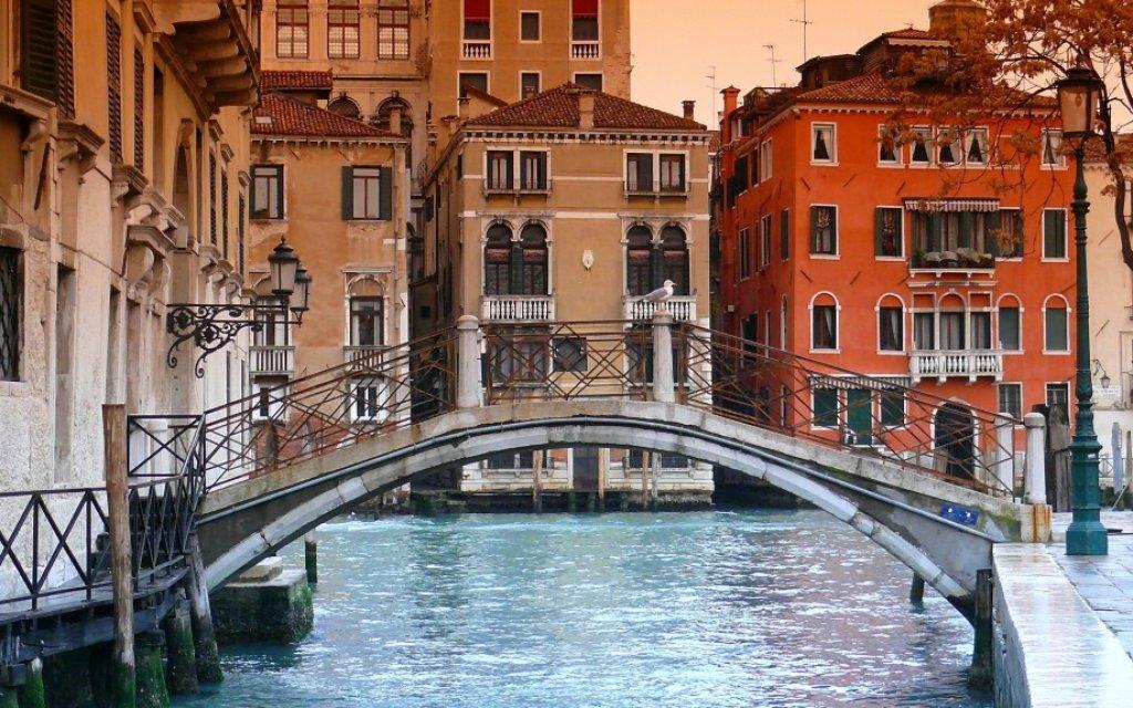 Kanal in Venedig mit Brücke
