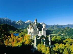 Schloss Neuschwanstein blauer Himmel im Hintergrund