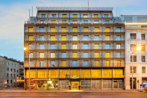 Das Novum Hotel Prinz Eugen von außen im Dämmerlicht.