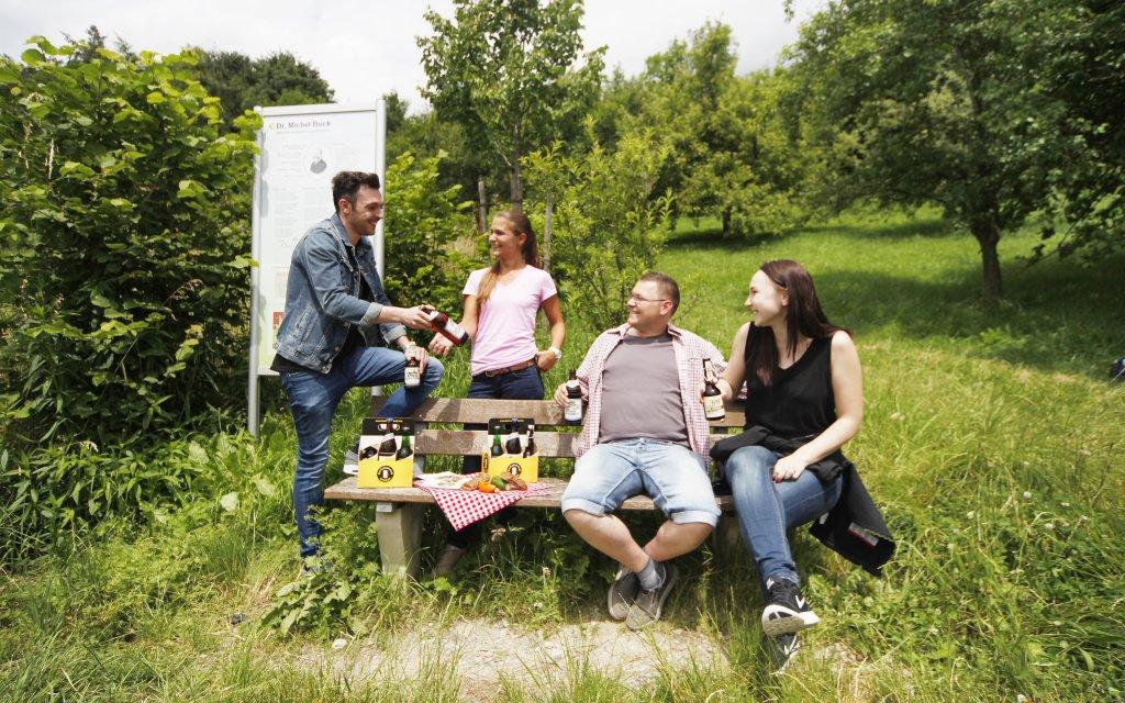 Gruppe auf dem Bierwanderweg um Ehingen