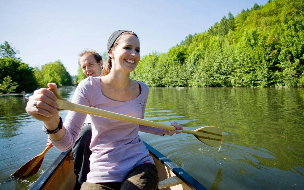 Paar im Kanu auf einem Fluss