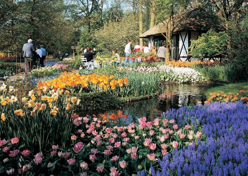 Gartenanlage Keukenhof in Lisse Menschen im Park Blumenmeer