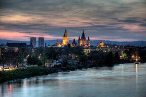 Blick über den Rhein auf den Mainzer dom