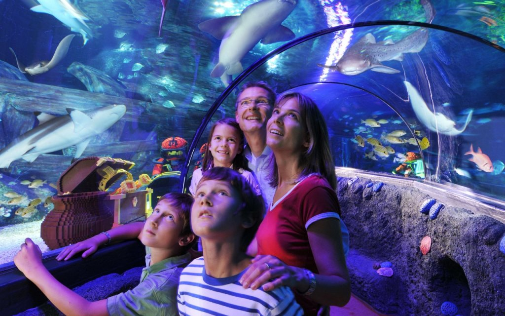 Sealife Familie im Glastunnel