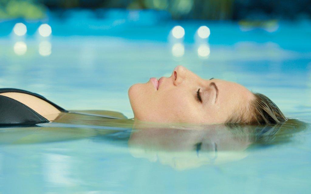Frau entspannt sich im Thermalwasser der Therme Erding