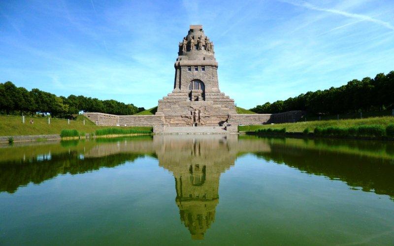 Völkerschlachtdenkmal Leipzig unter blauen Himmel