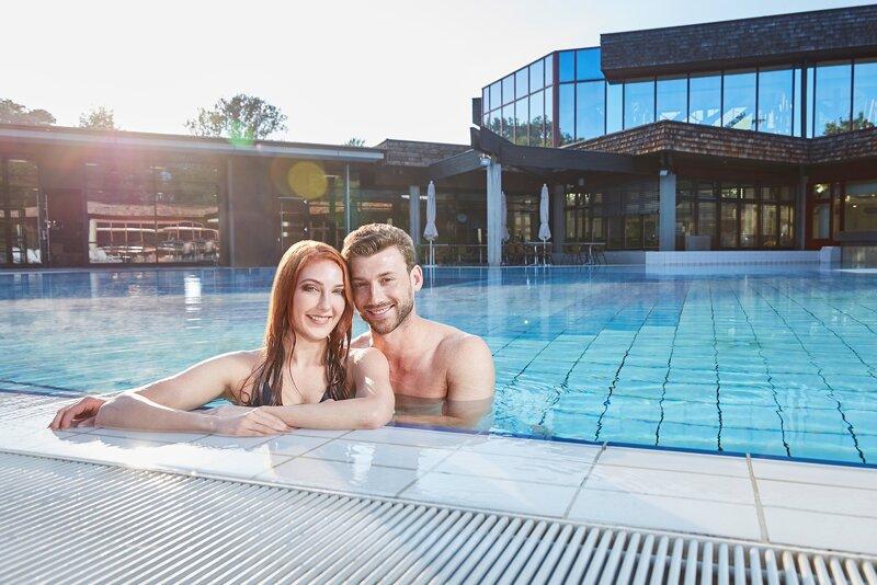 Paar im Becken C Bade- und Kurverwaltung Bad Bellingen GmbH (2)