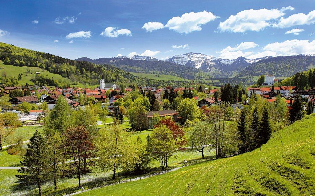 Blick auf Oberstaufen im Allgäu im Frühling