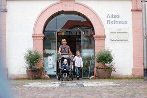 Familie vor Tourist-Information c Stadt Bad Mergentheim Andi Schmid