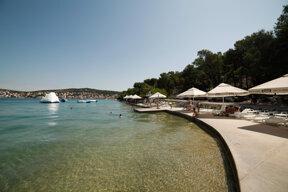 Betonstrand Sonnenschirme c Hotel Borovnik