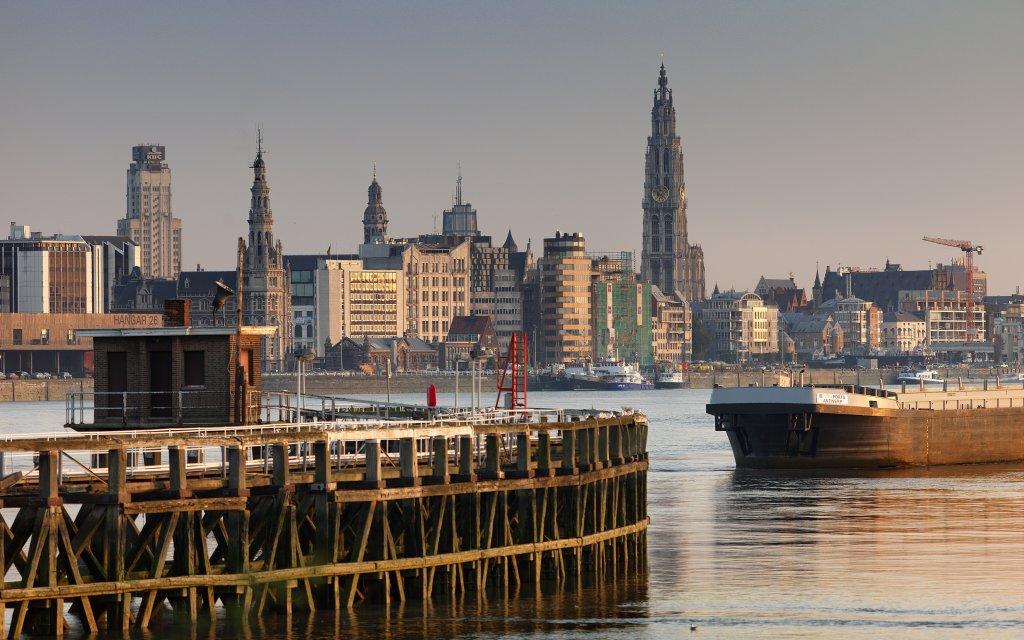 Skyline Antwerpen mit Hafen