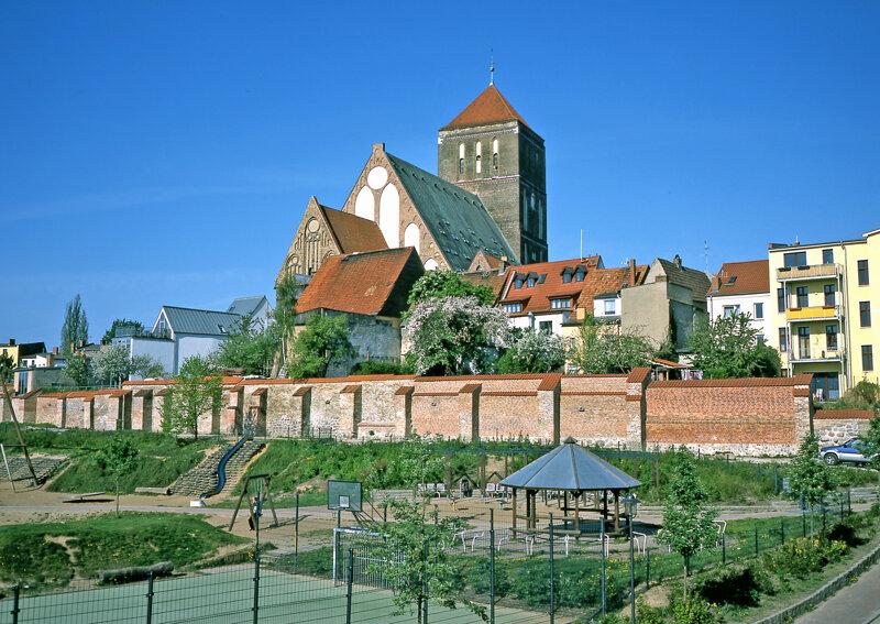 Rostocks Stadtmauer und Kirchen
