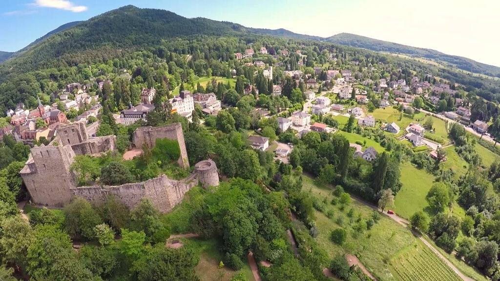 Badenweiler von oben mit Blick auf die Burg