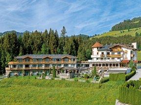 Außenaufnahme von Hotel Leamwirt in Hopfgarten, umgeben von grünen Wiesen und Wäldern