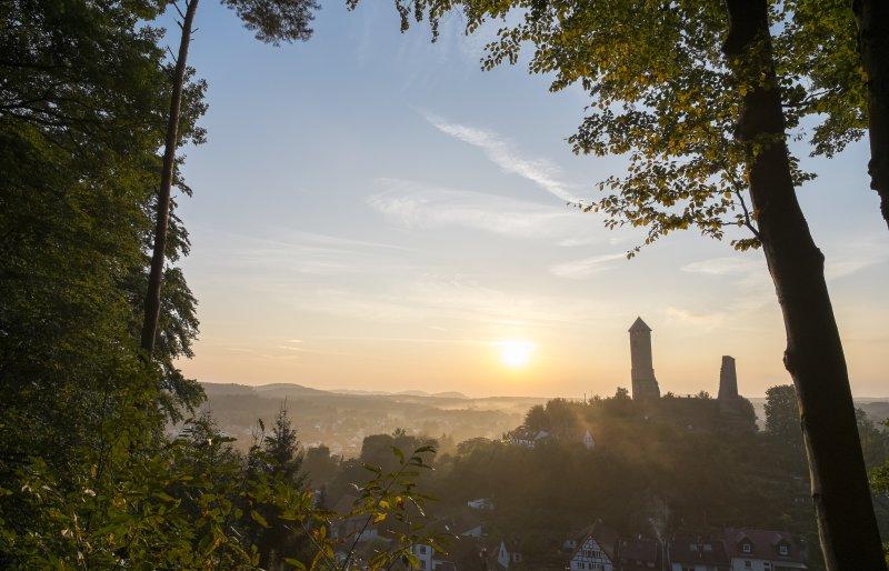 Kirkeler Burg im Nebel bei Sonnenaufgang