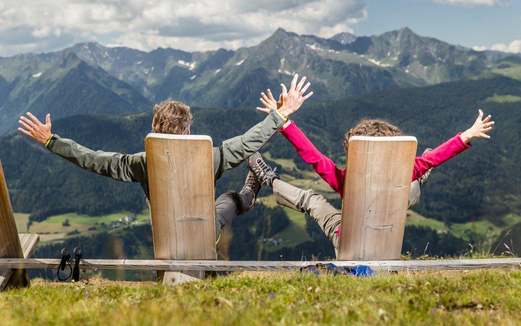 Wanderer- Paar vor dem Blick auf die Berge in Südtirol