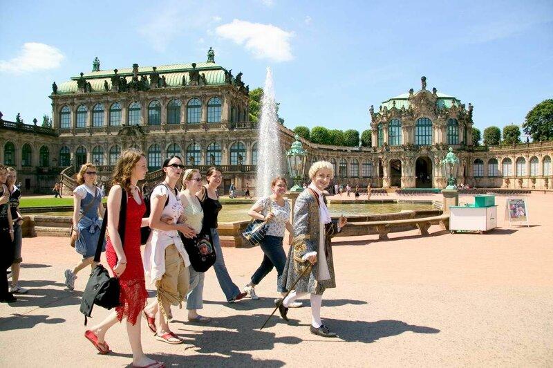 Touristen vor dem Zwinger in Dresden
