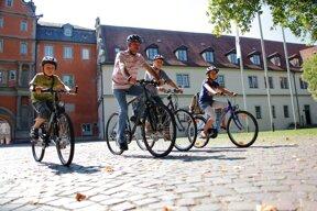 Fahrradfahrer im Schlosshof c Stadt Bad Mergentheim Andi Schmid