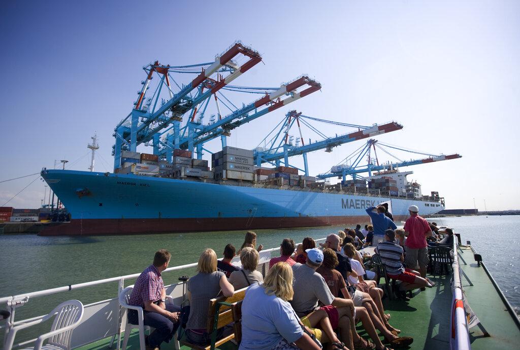 Passagierschiff Zephira Seebrücke Containerschiff in Zeebrugge