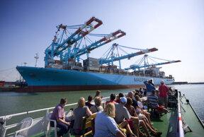 Containerschiff in Zeebrugge c visitflanders Westtoer