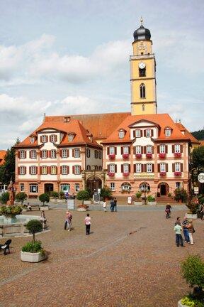 Zwillingshäuser mit Kirchturm c Stadt Bad Mergentheim Andi Schmid