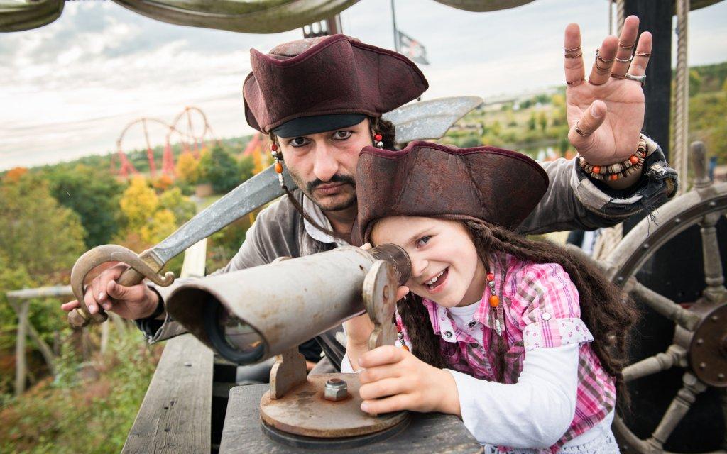 Kinder und Piraten im Freizeitpark Belantis