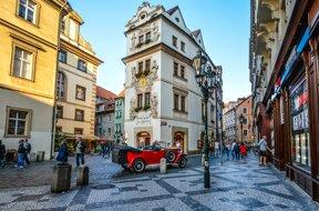 Straßenszene roter Oldtimer©Pixabay