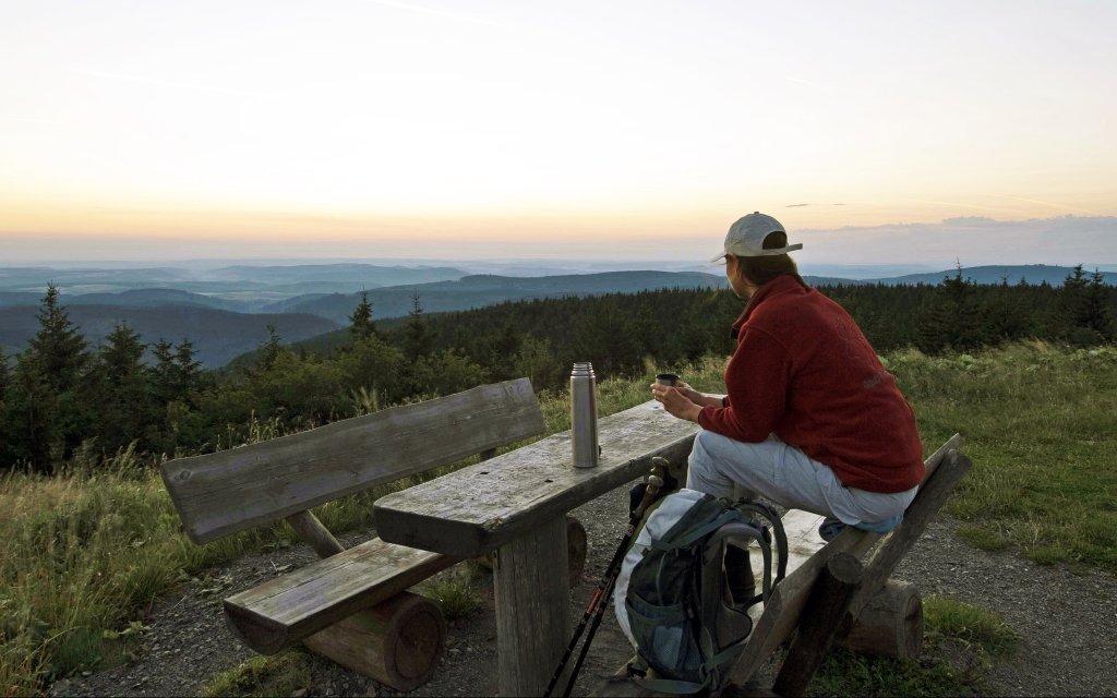 Wanderin macht Pause am Rennsteig