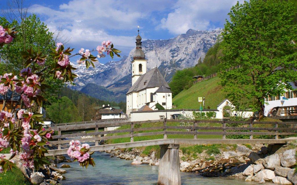Bergdorf Ramsau mit Kirche, Bach und Berge