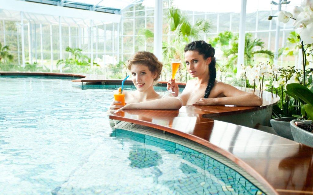 zwei Frauen an der Poolbar im Badeparadies Schwarzwald