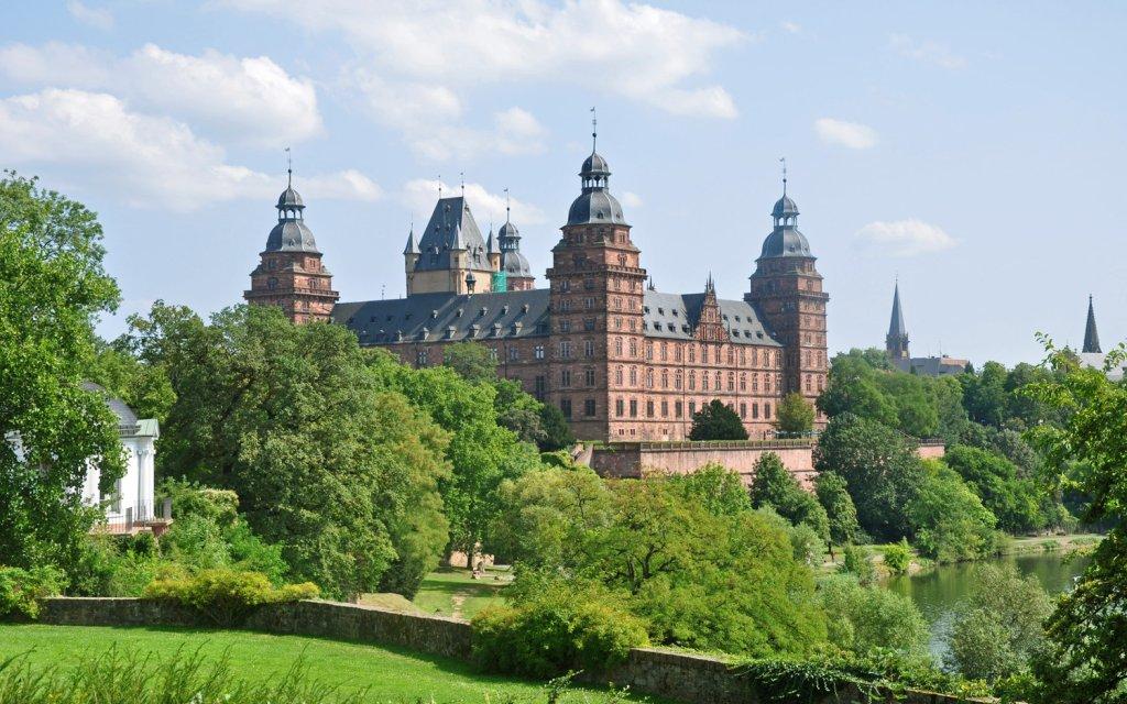 Schloss Johannisburg in Aschaffenburg vom Main aus gesehen
