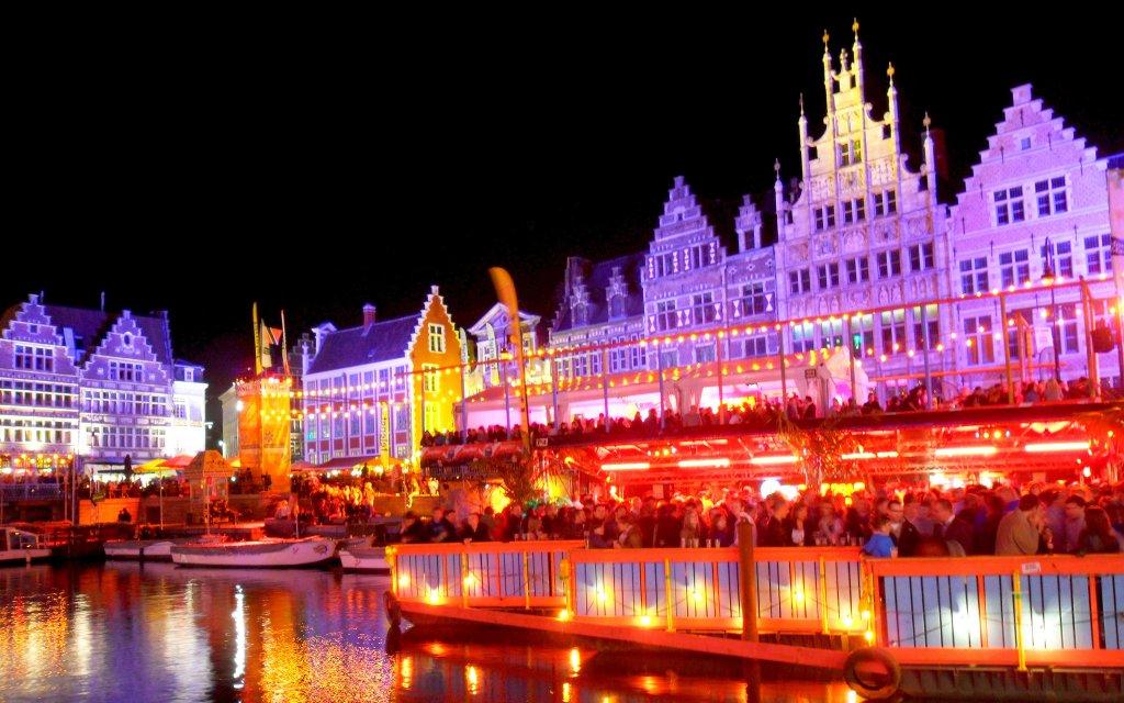 Die Altstadt von Gent bei Nacht mit bunter Beleuchtung