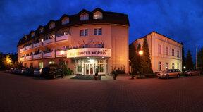 Hotel außen Nacht