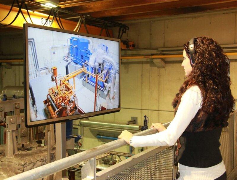 Besucherin vor einem Bildschirm