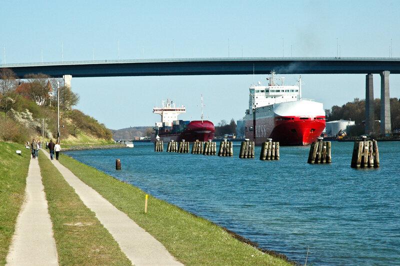 Nord-Ostsee-Kanal mit Fußweg