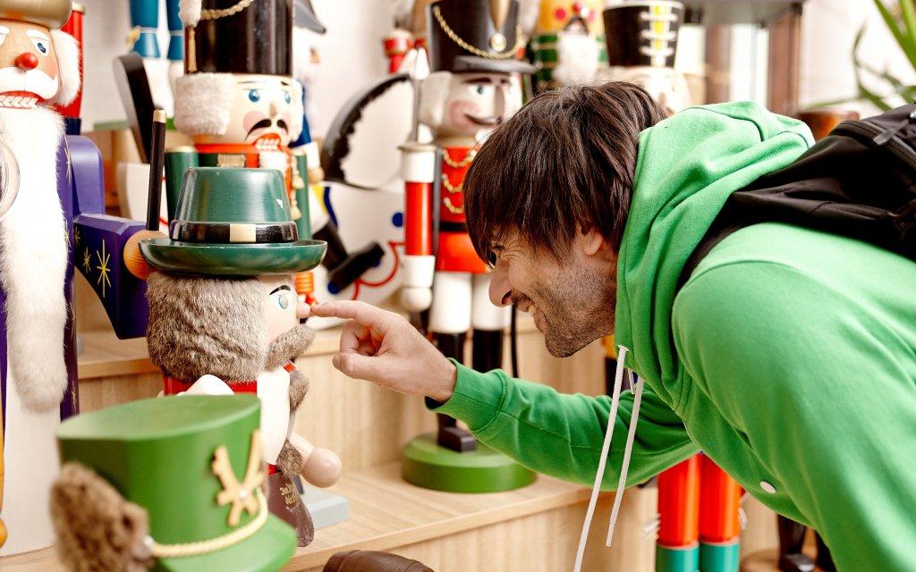 Tourist besucht Spielzeugladen in Seiffen