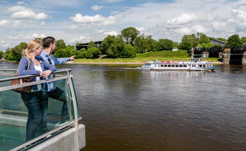 Pärchen an der Elbe in Magdeburg