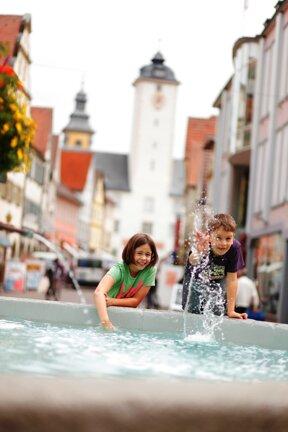 Zwei Kinder am Milchlingbrunnen c Stadt Bad Mergentheim Andi Schmid