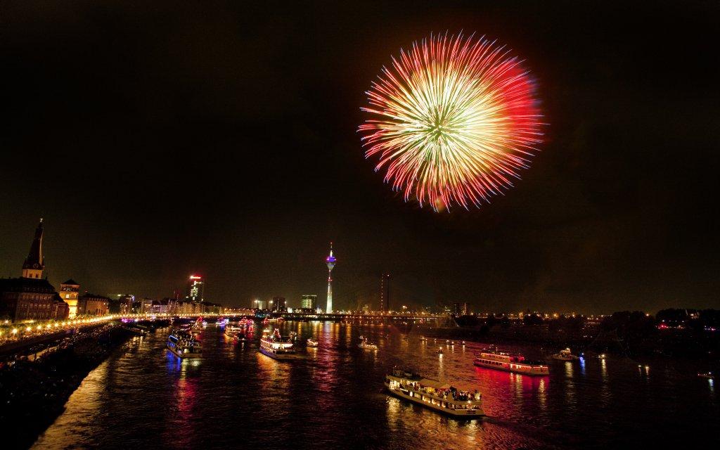 Feuerwerk über dem Rhein bei Düsseldorf