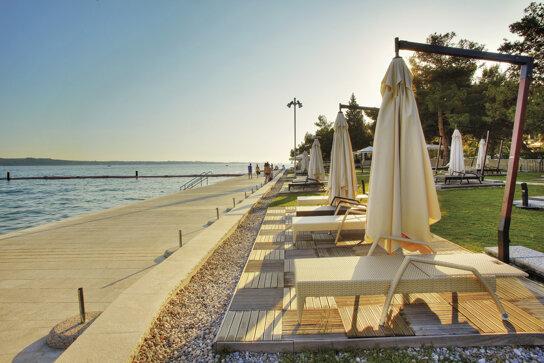 Meduza Strand mit Sonnenliegen